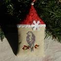 Téli pillanatkép - karácsonyfa dísz, Dekoráció, Otthon, lakberendezés, Ünnepi dekoráció, Karácsonyi, adventi apróságok, Karácsonyi házikót készítettem a kis madárka részére. A házikóban a képet keresztszemes hímzéssel va..., Meska