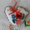 Húsvéti hímzett madárka, Dekoráció, Magyar motívumokkal, Ünnepi dekoráció, Húsvéti apróságok, A kalocsai mintagyűjteményből választottam a textilmadárka díszítését. A virágmotívumok kézi hímzéss..., Meska