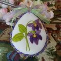 Húsvéti hímzett tojás, Dekoráció, Ünnepi dekoráció, Húsvéti apróságok, Ibolyás motívumot hímeztem a textiltojás elejére. A hátulja szintén ibolya mintás pamutvászon. Hozzá..., Meska