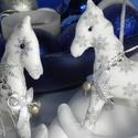 Páros hintalovacskák, Dekoráció, Ünnepi dekoráció, Karácsonyi, adventi apróságok, Karácsonyfadísz, Karácsonyi mintás textilekből készítettem ezeket a hintalovakat. A minőségi pamutvászon tündöklését ..., Meska