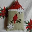 Téli madárház - karácsonyfa dísz, Dekoráció, Ünnepi dekoráció, Karácsonyi, adventi apróságok, Karácsonyi házikót készítettem a kis madárka részére. A házikóban a képet keresztszemes hímzéssel va..., Meska