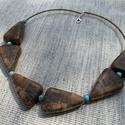 Fa-türkizkék ásvány nyakék, A nyakéket alkotó fa képjáspisra emlékeztető...