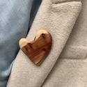 Boróka fából  szabálytalan szív bross , Borókából vágtam ki ezt a formát, majd csiszo...