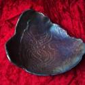 szivárványos fekete tálka, Finom csipke mintán játszik gyönyörűen ez a f...