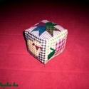 Csörgős baba kocka patchwork mintával, Játék, Baba-mama-gyerek, Baba játék, Húsvéti díszek, Varrás,  Natúr színű patchwork mintás pamutanyagból varrtam ezt a kockát babáknak.  Szivaccsal töltöttem me..., Meska
