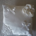 Gyűrűpárna - hófehér, Esküvő, Gyűrűpárna, Hófehér szatén anyagból készült gyűrűpárna, melyet kézzel horgolt kiegészítők, szatén masnik és tekl..., Meska