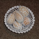 Húsvéti tojások és tálka, Dekoráció, Ünnepi dekoráció, Húsvéti díszek, Horgolás, 6 db horgolt húsvéti tojás (átlagos tojás méret) horgolt tállal. A tál legnagyobb átmérője 17 cm. A..., Meska