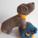 Mazsi kutya pokróccal, nyakörvvel, horgolt játék kiegészítővel, Játék, Baba-mama-gyerek, Játékfigura, Tacskó kutya, barna, nyakörvvel, kis horgolt pokróccal.  Egyedi tervezésű és teljes egészében kézzel..., Meska