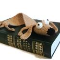 Morzsa tacsi kutya, vicces könyvjelző , Naptár, képeslap, album, Mindenmás, Könyvjelző, Furcsaságok, Ez a kutyus épp szabadulni igyekszik a könyvből mely fogva tartja.  Vicces térbeli, horgolt könyvjel..., Meska