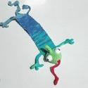 Kaméleon könyvjelző, puha horgolt 3D állatka, Otthon & lakás, Egyéb, Naptár, képeslap, album, Könyvjelző, Furcsaságok, Ez a kaméleon épp szabadulni igyekszik a könyvből mely fogvatartja.  Vicces térbeli, horgolt könyvje..., Meska