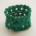 Zöld, horgolt karkötő, Ékszer, óra, Karkötő,  Fűzöld színű, duplaszálas hímzőfonalból horgoltam ezt a karkötőt. Szintén zöld, alma formájú gombba..., Meska