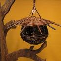 madáretető, Állatfelszerelések, Madár kellékek, Fonás (csuhé, gyékény, stb.),  Zöld vesszőből készült ez a madáretető. Az akasztója rézdrótból van. Mérete:tető átmérője:22 cm (a..., Meska