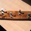 Rusztikus akácfa fogas négy darab rozsdamentes akasztóval., Otthon, lakberendezés, Tárolóeszköz, Famegmunkálás, Fémmegmunkálás, Csiszolt és lakkozott rusztikus akácfára szerelt rozsdamentes akasztókkal. 56 cm hosszú 12 cm széle..., Meska