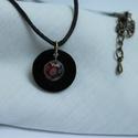 Fekete nyaklánc gyönggyel, Ékszer, Nyaklánc, Medál, Ékszerkészítés, Zsugorka, A medál fekete zsugorkából készült, felülete fényes. A karika közepén piros-kék színű apró virágos ..., Meska