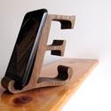 """Mobiltartó """"E"""" betűvel, dióból, Otthon & lakás, Egyéb, Lakberendezés, Tárolóeszköz, Polcra, éjjeli szekrényre, kis asztalra helyezhető, """"E"""" betű formájú asztali mobiltartó diófából.  A..., Meska"""