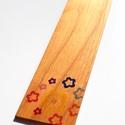 Cseresznyefa könyvjelző színes apró virágmintával, Otthon & lakás, Egyéb, Naptár, képeslap, album, Könyvjelző,  Cseresznyefából készült színes virágmintás könyvjelző.  Anyaga: 2 mm vastag tömör cseresznyefa, a m..., Meska