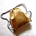 Metál-arany-steppelt hátizsák/tornazsák..., Táska, Válltáska, oldaltáska, Varrás, Metál fényű ,arany színű,steppelt nyomott mintás különösen szép és minőségi műbőrből készítettem ez..., Meska