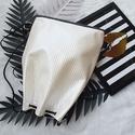 3 in1 fekete-fehér hátizsák/válltáska, Dombornyomott mintás gyöngyház fényű fehér m...