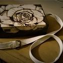 Rózsás retikül, Táska, Képzőművészet, Ruha, divat, cipő, Grafika, Famegmunkálás, Bőrművesség, Mérete : 22*15*7 cm  A mindennapokra, de főképp alkalomra ajánlom ezt a kis táskát. A hagyományos é..., Meska