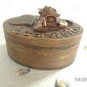 Ovális ajándékdoboz, Dekoráció, Dísz, Funérlemezből készült, csipkével, egyéb dekorációs kellékekkel díszített, ajándékdoboz. A dobozt akr..., Meska