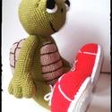 Ottó a sportteki, Játék, Játékfigura, Horgolás, Horgolt teknős.  Méret: kb 40 cm.  Mozgatható lábbal, melyet gombbal oldottam meg. A teknős vatelin..., Meska