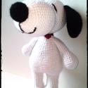 Snoopy - horgolt amigurumi, Játék, Játékfigura, Horgolás, Horgolt Snoopy.  Mérete: kb 26 cm. Színei: fehér, fekete. Piros selyem szalag nyakörv. Vatelinnel t..., Meska
