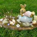 Nyuszis-tojásos húsvéti-egyedi asztaldísz, Dekoráció, Húsvéti díszek, Otthon, lakberendezés, Asztaldísz, Virágkötés, Mindenmás, Lassan közeledik a Húsvét  Édes kis nyuszika, nagy tojásra  ráhasalt  a gyönyörű napos kertben.-és ..., Meska
