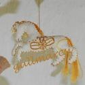 Aranyszőrű táltos paripa, hímzett fehér ló babaforgó, kiságyforgó, filc babafüggő, Baba-mama-gyerek, Magyar motívumokkal, Dekoráció, Gyerekszoba, A ló a Nap állata, ezért arany színű fonallal hímeztem (mindkét oldalán) fehér filc anyagra egy ősi ..., Meska