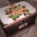 Love Roses- nosztalgia doboz, rusztikus stílusban, Otthon, lakberendezés, Tárolóeszköz, Doboz, Láda, Festett tárgyak, Decoupage, transzfer és szalvétatechnika, Romantikus stílusban rózsákkal díszített fadoboz a vintage kedvelőinek.  A dobozt repesztéssel, csi..., Meska