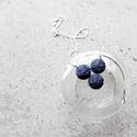 Nyaklánc kékkel, Ékszer, Nyaklánc, Medál, Kék színű kenderből készítettem a medált, ezüst színű kiegészítőkkel... A körök mére..., Meska