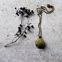 Zöld medál,bronzzal, Ékszer, Nyaklánc, Medál, Festett kenderzsinegből készült a medál, bronz kiegészítőkkel... Méret:2,5 cm A lánc hossza..., Meska