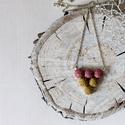 Háromszög medál (mályva-mustár), Ékszer, Medál, Nyaklánc, Mályva és mustár színű kenderből készült a medál, antik bronz kiegészítőkkel... A bogyó..., Meska