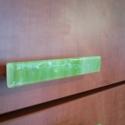 Bútorékszer / bútorfogantyú, Otthon, lakberendezés, Fogantyú, Üvegművészet, Egyedi, kiwi zöld márvány spectrum üvegből,  kemencében olvasztott üveg bútorfogantyú. 12 x 2 cm mé..., Meska