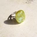Üvegékszer - gyűrű, Ékszer, Gyűrű, Élénk világoszöld csillogó ékszerüvegből, kemencében olvasztott kaboson gyűrű. Állíthat..., Meska