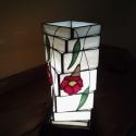 Lámpa akció! Modern vonalú tiffany lámpa, Otthon, lakberendezés, Lámpa, Hangulatlámpa, Elefántcsont Spectrum üvegből, piros virágokkal, zöld levelekkel díszített hasáb alakú lám..., Meska