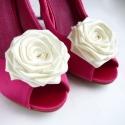 Esküvői cipőklipsz, Dekoráció, Esküvő, Cipő, cipőklipsz, Ekrü (jelenleg kissé krémbe hajló!)árnyalatú rózsa a cipődre. Klasszikus szépség.  Kiváló minőségű s..., Meska