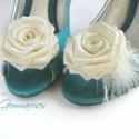 Esküvői cipőklipsz tollal - rendelhető, Esküvő, Cipő, cipőklipsz, Ekrü (kissé krémbe hajló) árnyalatú rózsa a cipődre. Klasszikus szépség. Csöppnyi libbenő tollpihéve..., Meska
