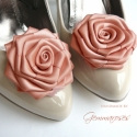 Púder rózsa cipőklipsz, Dekoráció, Esküvő, Cipő, cipőklipsz, A legegyszerűbb cipő is feldobható ezzel a cipőklipsszel egy-egy alkalomra.   Kiváló minőségű szatén..., Meska