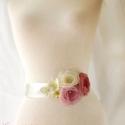 Szaténöv rózsaszín rózsákkal, Ruha, divat, cipő, Esküvő, Öv, Rózsaszín és ekrü rózsák, zöldes ekrü kis virágok díszítik ezt az övet, melyet esküvőre, szalagavató..., Meska