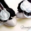 Fekete-ekrü - bokréta cipőklipsz , Dekoráció, Esküvő, Cipő, cipőklipsz, Bokréta cipőklipsz fekete-ekrü árnyalatban. RENDELÉSRE KÉSZÜL.  A fekete csipke-levél tovább emeli a..., Meska