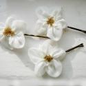 Szamóca virág-szett, Esküvő, Hajdísz, ruhadísz, Kis virágokat varrtam hullámcsatra, ami visszafogott eleganciát kölcsönözhet menyasszonyoknak, koszo..., Meska