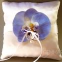 Kék orchidea gyűrűpárna, Esküvő, Gyűrűpárna, Egyedi, orchidea-közepű gyűrűpárna, melynek alapja hófehér. (Megrendelhető más színű alappal is.)   ..., Meska