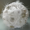 Fehér textilcsokor tollal, kristállyal, Esküvő, Dekoráció, Esküvői csokor, Ünnepi dekoráció, Rendhagyó menyasszonyi csokor kézzel készült virágokkal, brossokkal, marabu-és strucctollal.    Átmé..., Meska