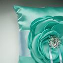Türkiz gyűrűpárna strasszal, Esküvő, Gyűrűpárna, Felül kék, alul fehér színű gyűrűpárna. Fehér széles szalaggal. (A fotón látható termék - postázásra..., Meska