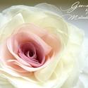 Átmenetes rózsa - bross/hajcsat, Ruha, divat, cipő, Hajbavaló, Hajcsat, Ezt a rózsát kizárólag megrögzött romantikusoknak ajánlom! :-)  Belül rózsaszín, kívül ekrü.    Átmé..., Meska