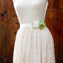 Szaténöv zöld rózsával, Ruha, divat, cipő, Esküvő, Öv, Esküvői, alkalmi dekoröv. Ekrü alapon ekrü és zöld rózsák, illetve Ezúttal zöld levélkékkel kiegészí..., Meska