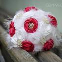 Fehér textilcsokor tollal, kristállyal, Esküvő, Dekoráció, Esküvői csokor, Ünnepi dekoráció, Rendhagyó menyasszonyi csokor kézzel készült virágokkal, brossokkal, marabu-és strucctollal.  A pink..., Meska