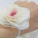 Átmenetes rózsa karkötő, Ékszer, Karkötő, Ezt a rózsát egy hajdísz/bross alapján készítettem karkötőnek, koszorúslányok számára. Szalaggal köt..., Meska