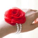 Piros rózsás gyöngysoros karkötő, Ékszer, óra, Bross, kitűző, Varrás, Gumis alapra készül ez a rózsa-karkötő. (Dupla gyöngysor.)  A rózsa mérete 7cm.    A színt egyeztet..., Meska