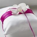 Orchidea gyűrűpárna - ciklámen/lila, Esküvő, Gyűrűpárna, Varrás, Orchidea-közepű gyűrűpárna, melynek alapja fehér.   A szalag leginkább ciklámennek mondható, míg az..., Meska